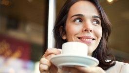 mulher-tomando-cafe-feliz